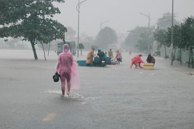 Người dân Phú Quốc vật lộn trong trận đại hồng thủy lịch sử - Ảnh 3.