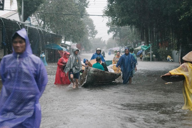 Người dân Phú Quốc vật lộn trong trận đại hồng thủy lịch sử - Ảnh 4.