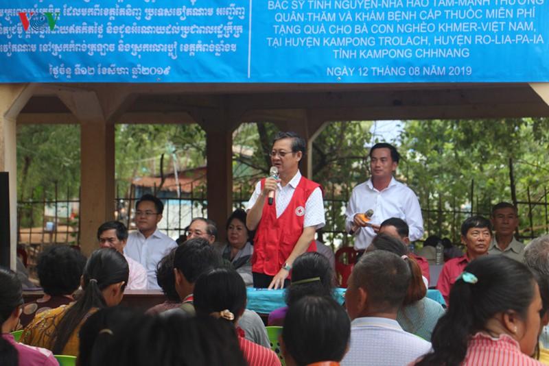 Khám bệnh miễn phí cho 500 kiều bào và người nghèo Campuchia - Ảnh 1.