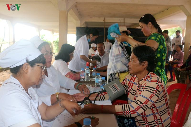 Khám bệnh miễn phí cho 500 kiều bào và người nghèo Campuchia - Ảnh 2.