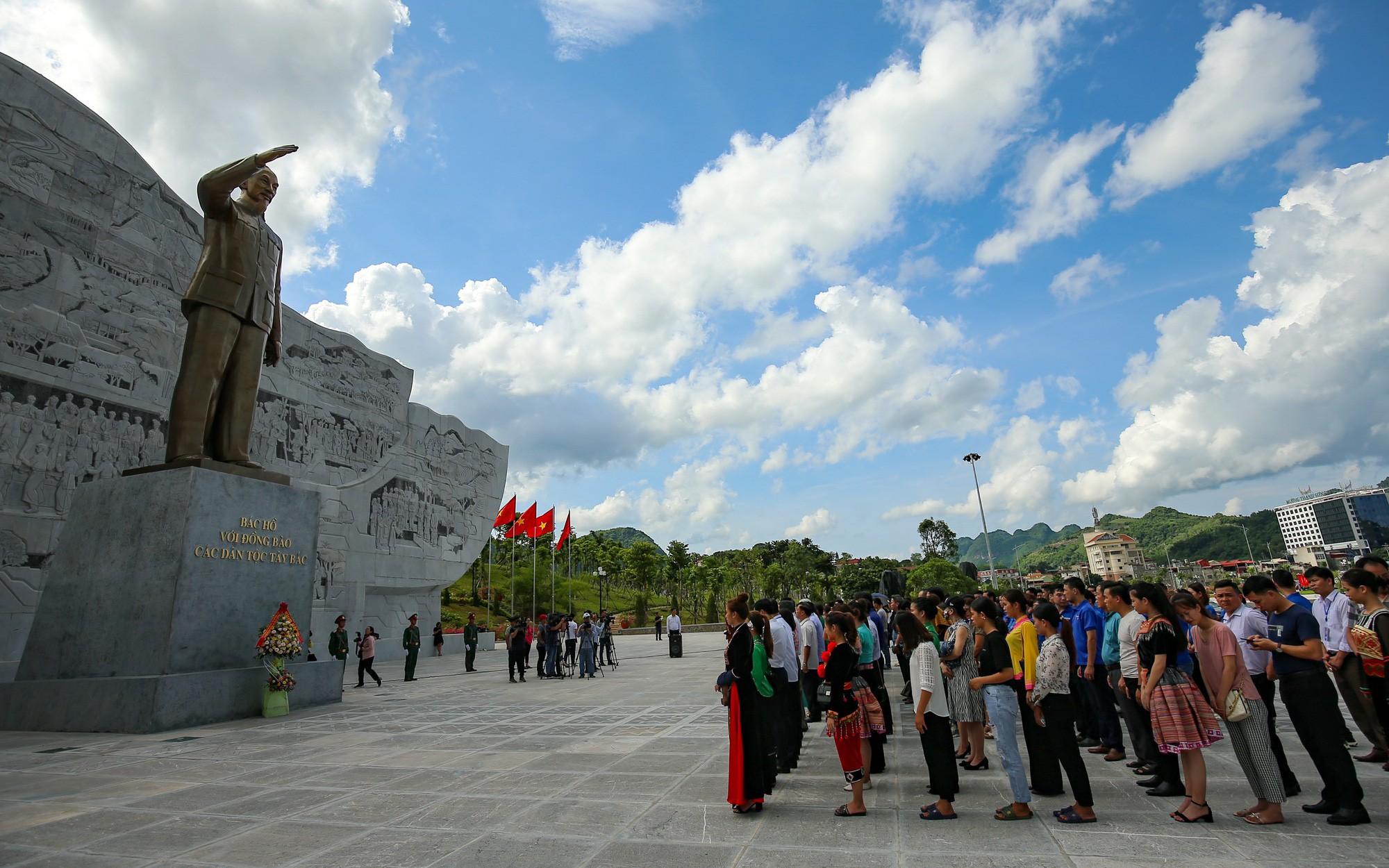 Thứ trưởng Trịnh Thị Thuỷ cùng đồng bào các dân tộc dâng hương Chủ tịch Hồ Chí Minh