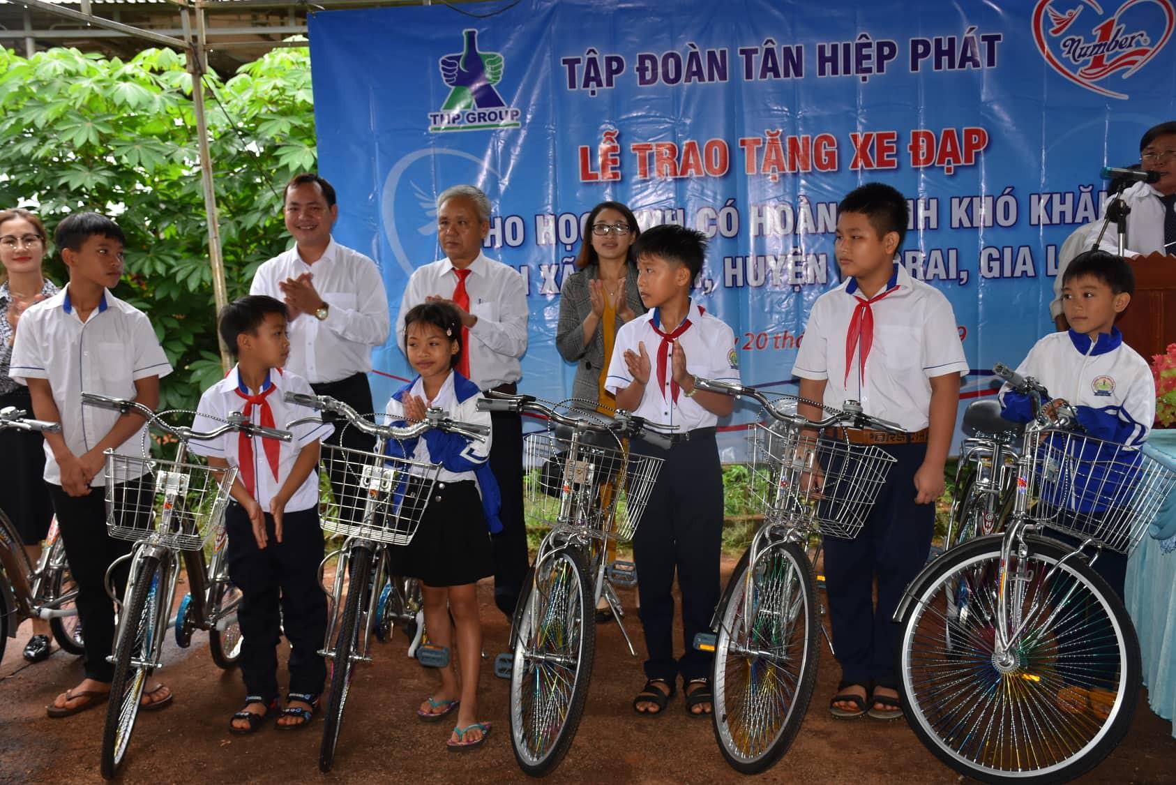 Trao tặng 50 chiếc xe đạp cho học sinh nghèo tại vùng biên giới tỉnh Gia Lai trước năm học mới. - Ảnh 1.