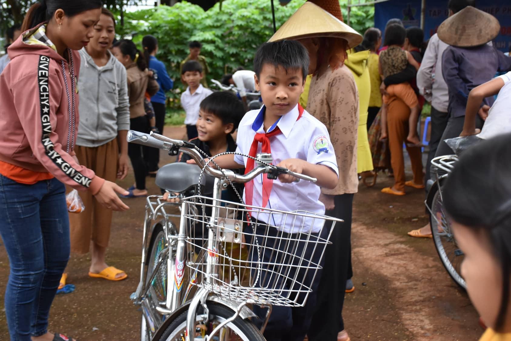 Trao tặng 50 chiếc xe đạp cho học sinh nghèo tại vùng biên giới tỉnh Gia Lai trước năm học mới. - Ảnh 3.