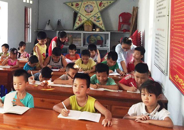 Sinh viên mở lớp dạy tiếng Anh miễn phí cho học sinh dịp hè - Ảnh 1.