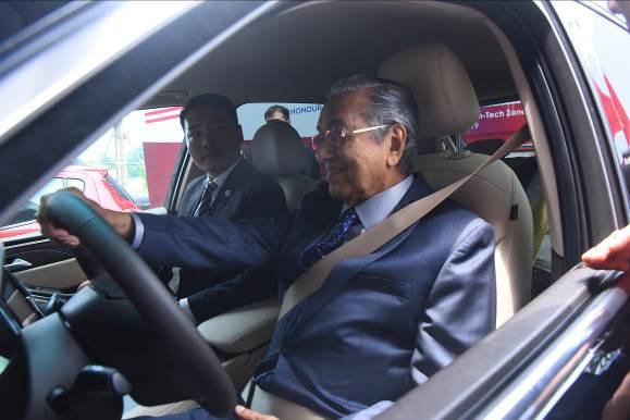 """Thủ tướng Malaysia Mahathir Mohamad: """"Xe VinFast rất khỏe, thiết kế đẹp, êm như xe điện"""" - Ảnh 5."""