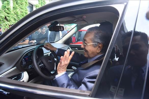 """Thủ tướng Malaysia Mahathir Mohamad: """"Xe VinFast rất khỏe, thiết kế đẹp, êm như xe điện"""" - Ảnh 7."""