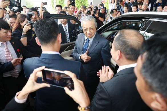 """Thủ tướng Malaysia Mahathir Mohamad: """"Xe VinFast rất khỏe, thiết kế đẹp, êm như xe điện"""" - Ảnh 8."""