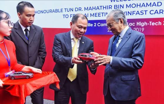 """Thủ tướng Malaysia Mahathir Mohamad: """"Xe VinFast rất khỏe, thiết kế đẹp, êm như xe điện"""" - Ảnh 9."""