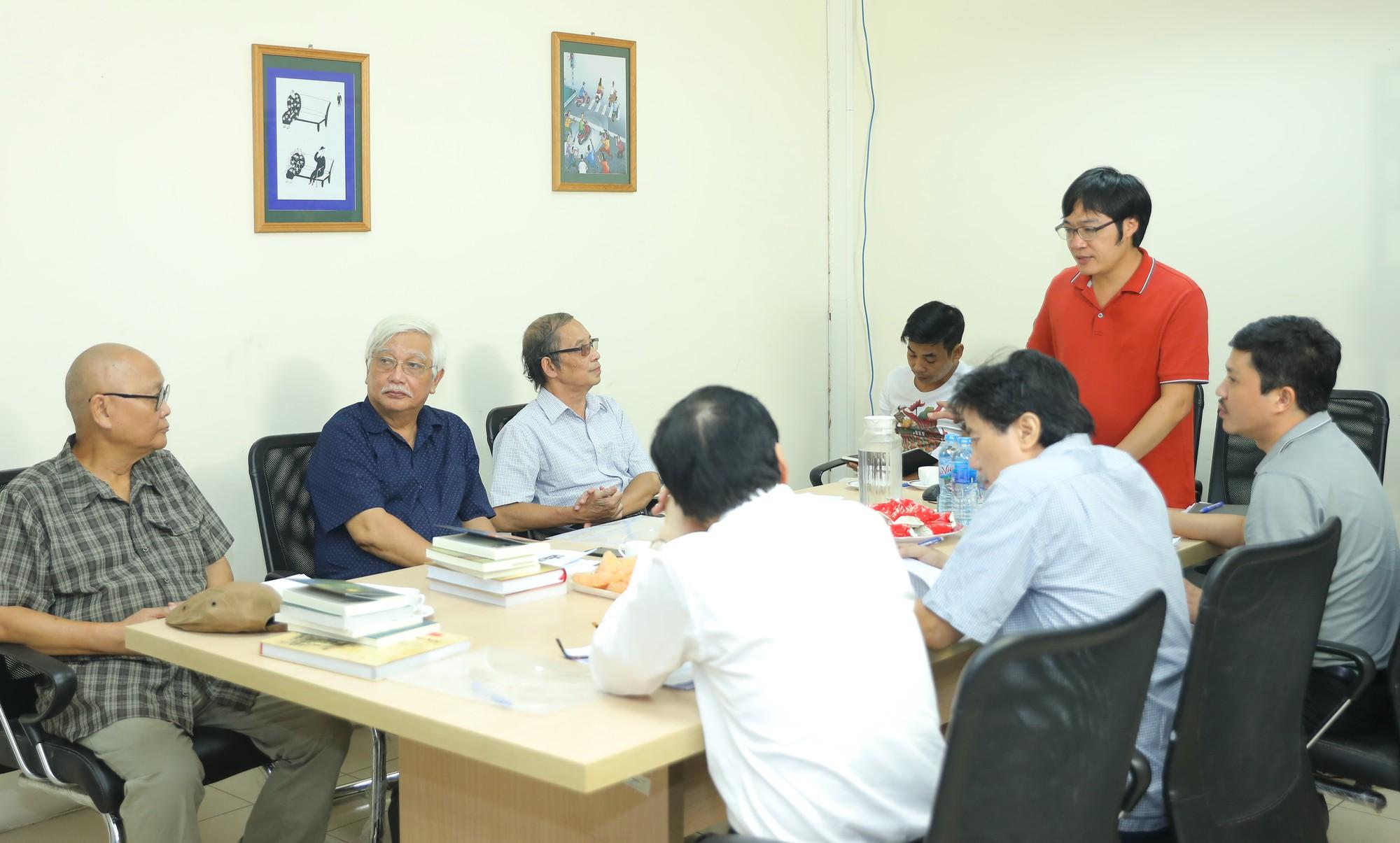 Hoi dong Giam khao lam viec (phien thu nhat)