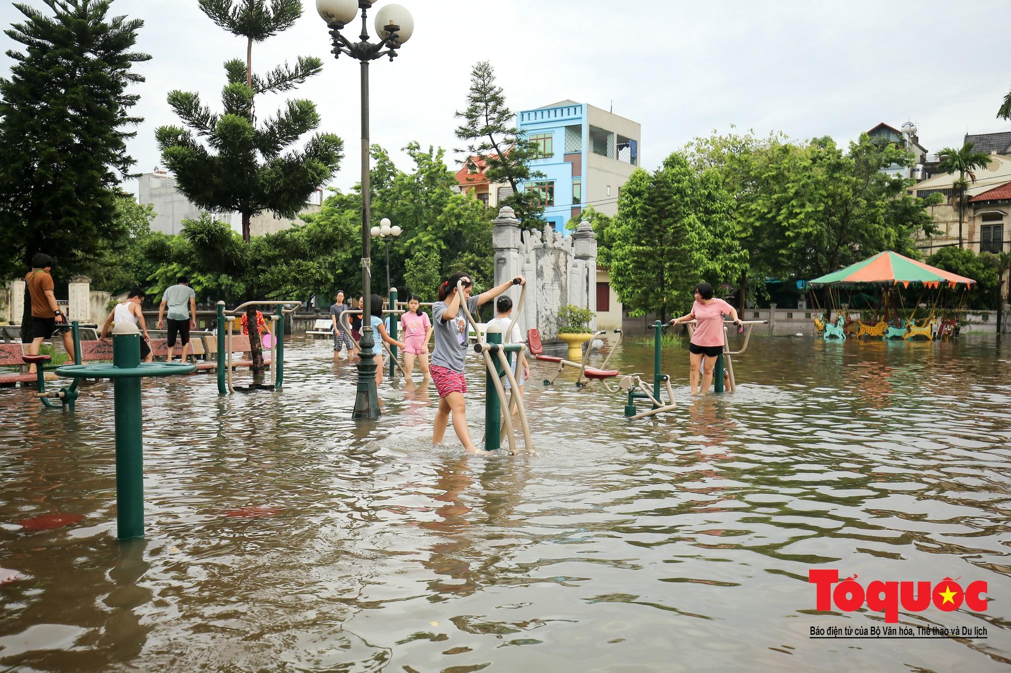 Người dân thủ đô thích thú với công viên nước bất đắc dĩ trong sân đình16