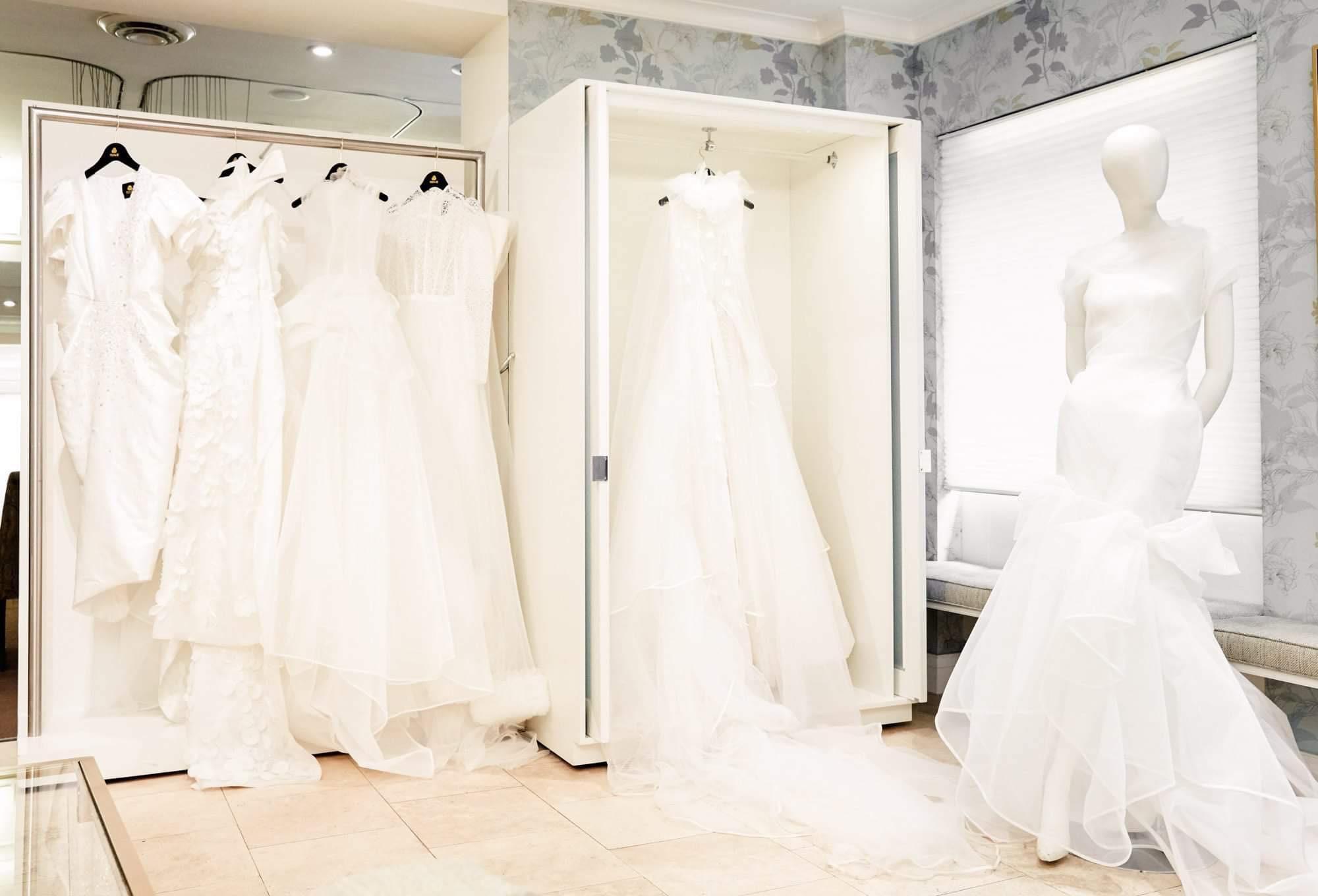 Ngắm váy cưới của nhà thiết kế Việt tại tiệm đồ cưới nổi tiếng nhất New York - Ảnh 1.