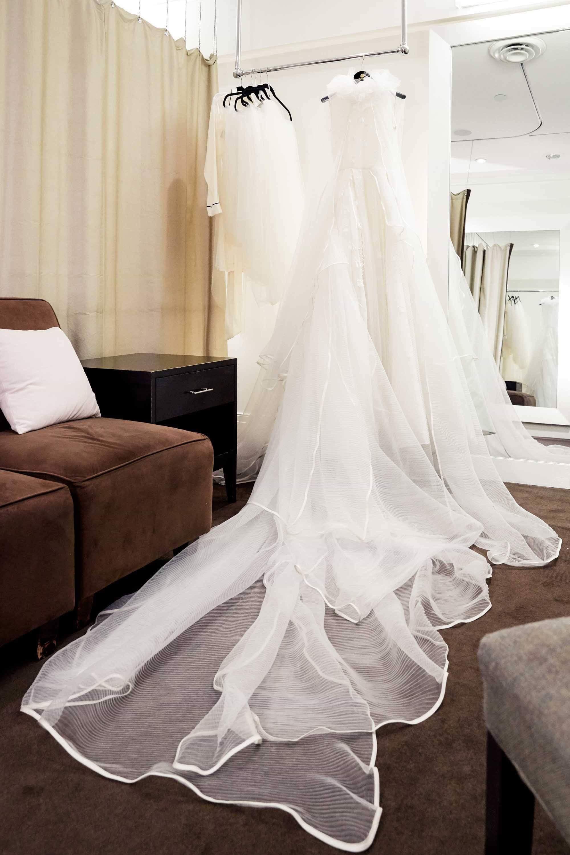 Ngắm váy cưới của nhà thiết kế Việt tại tiệm đồ cưới nổi tiếng nhất New York - Ảnh 2.