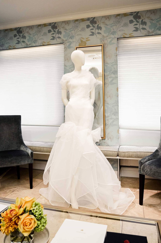 Ngắm váy cưới của nhà thiết kế Việt tại tiệm đồ cưới nổi tiếng nhất New York - Ảnh 3.