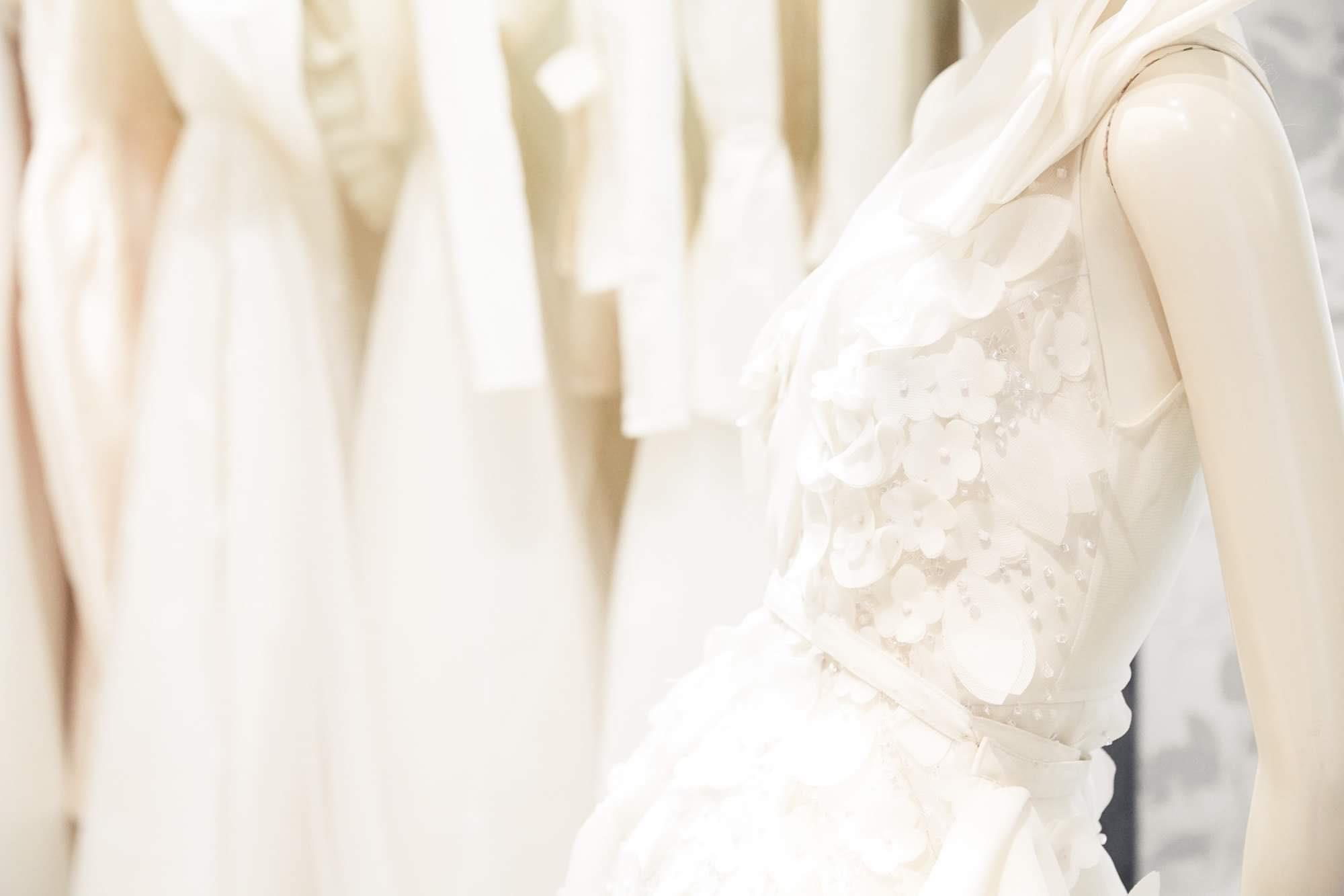 Ngắm váy cưới của nhà thiết kế Việt tại tiệm đồ cưới nổi tiếng nhất New York - Ảnh 5.