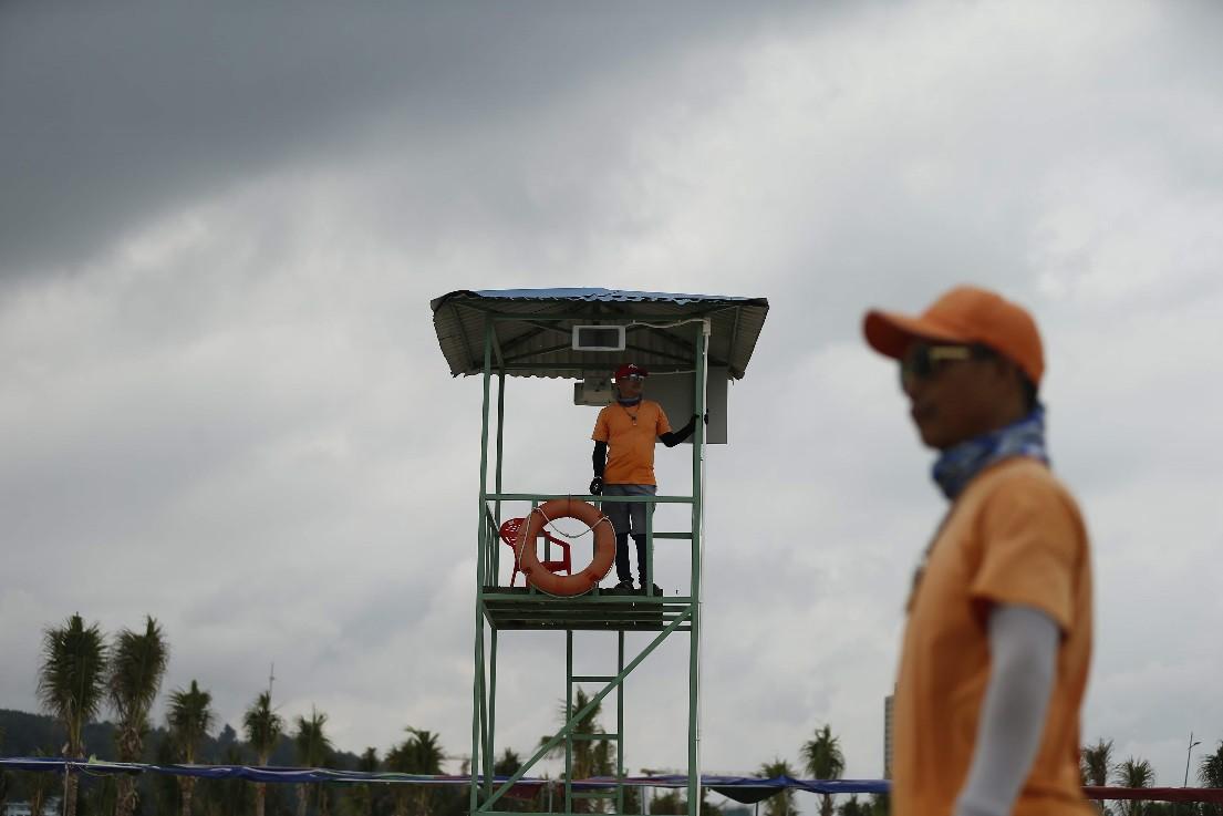 Bãi Cháy: Du khách ngang nhiên tắm ở khu vực cấm - Ảnh 8.
