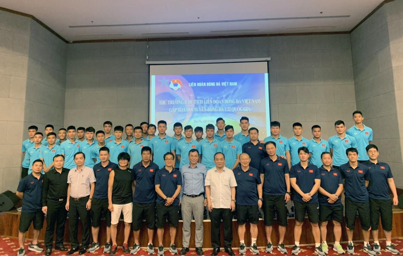 Thứ trưởng, Chủ tịch VFF Lê Khánh Hải thăm và động viên Đội tuyển U22 Việt Nam - Ảnh 1.