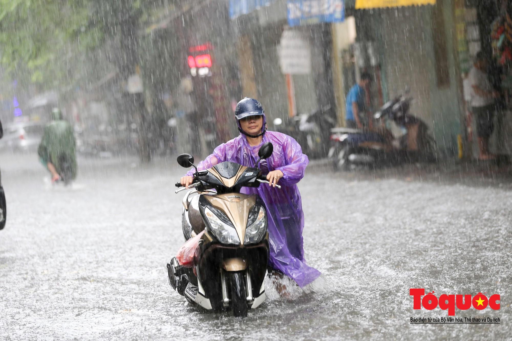 Hà Nội: mưa lớn chưa đến 30 phút, nhiều tuyến phố ngập sâu trong biển nước1