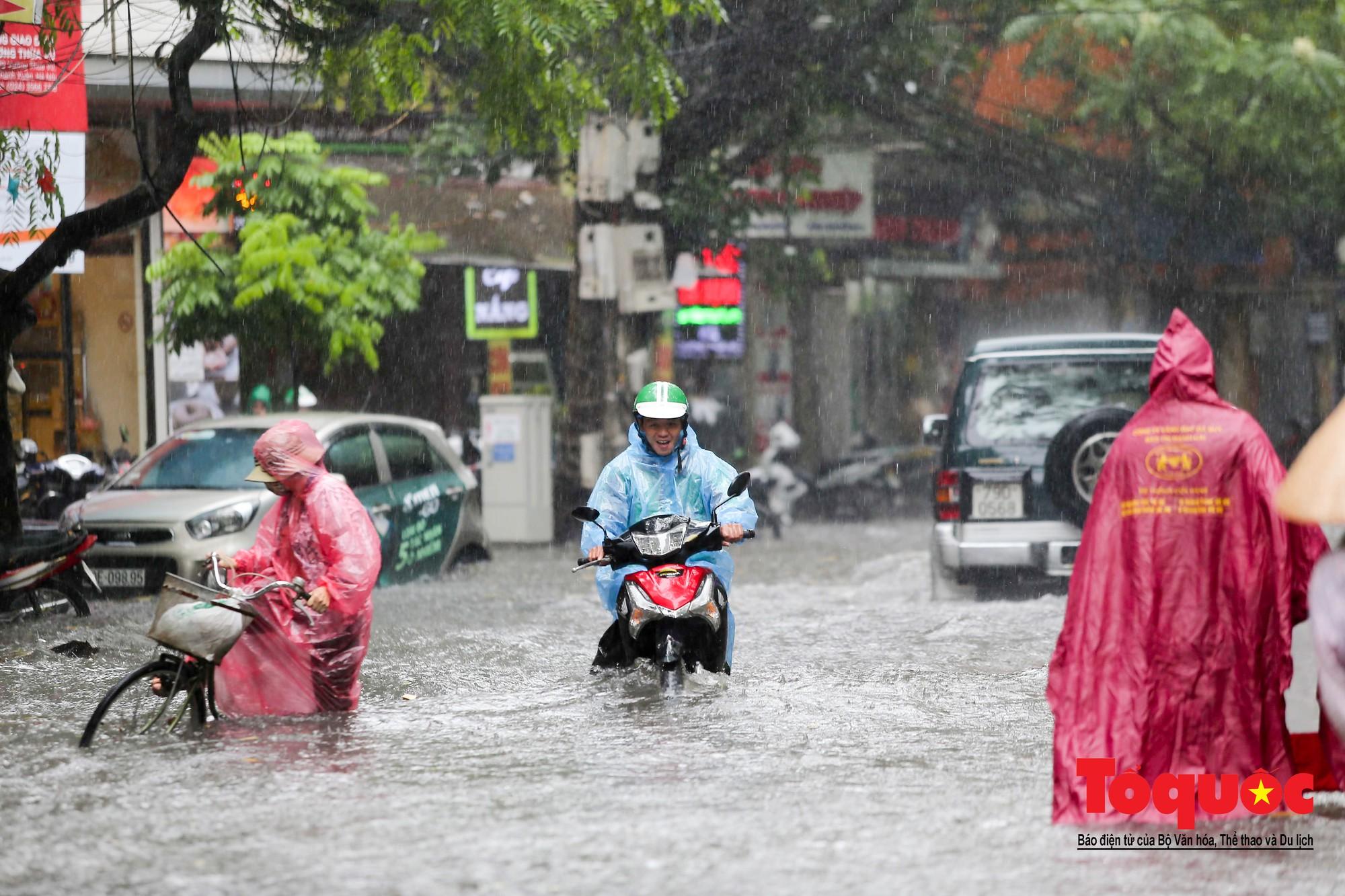 Hà Nội: mưa lớn chưa đến 30 phút, nhiều tuyến phố ngập sâu trong biển nước11