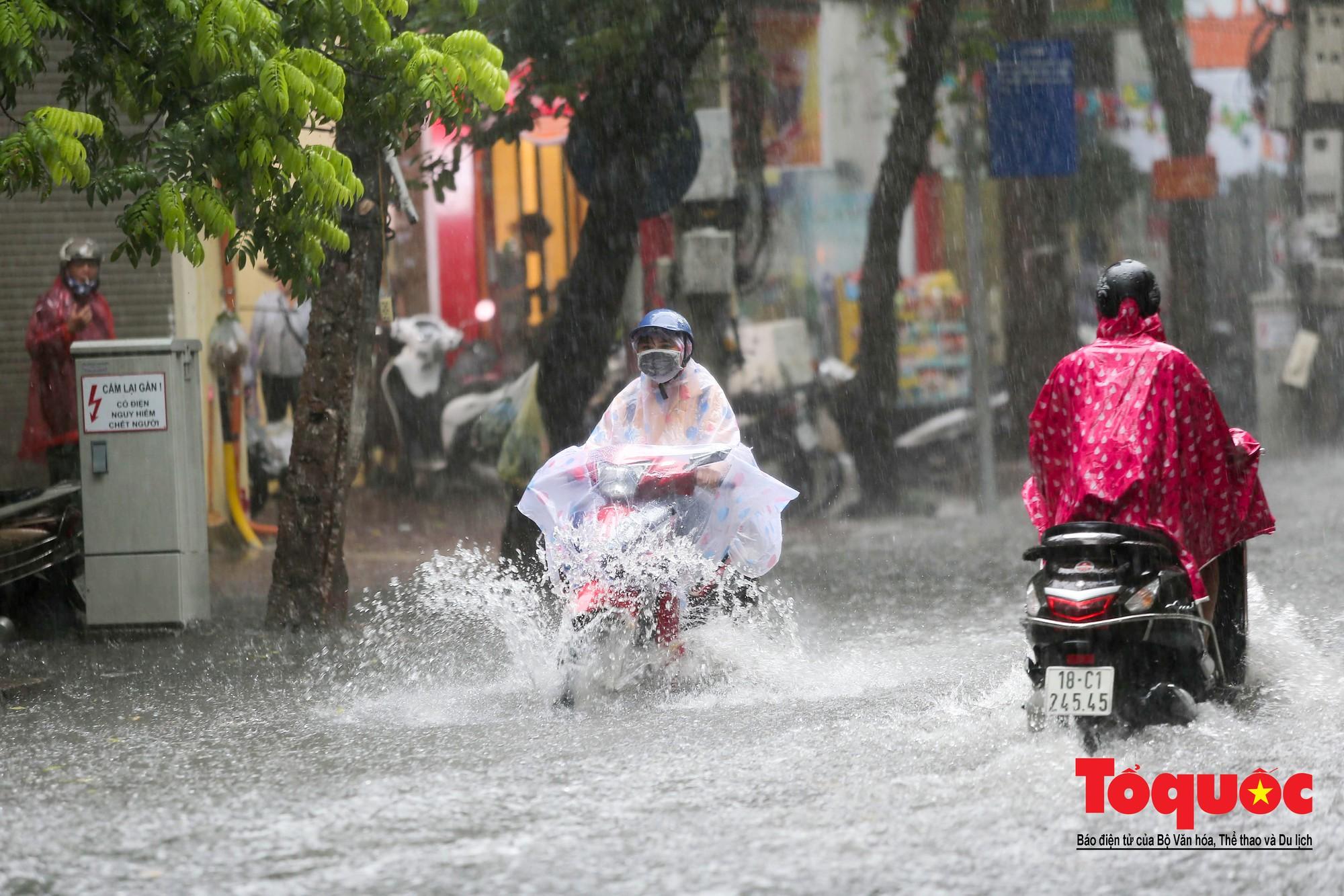 Hà Nội: mưa lớn chưa đến 30 phút, nhiều tuyến phố ngập sâu trong biển nước2