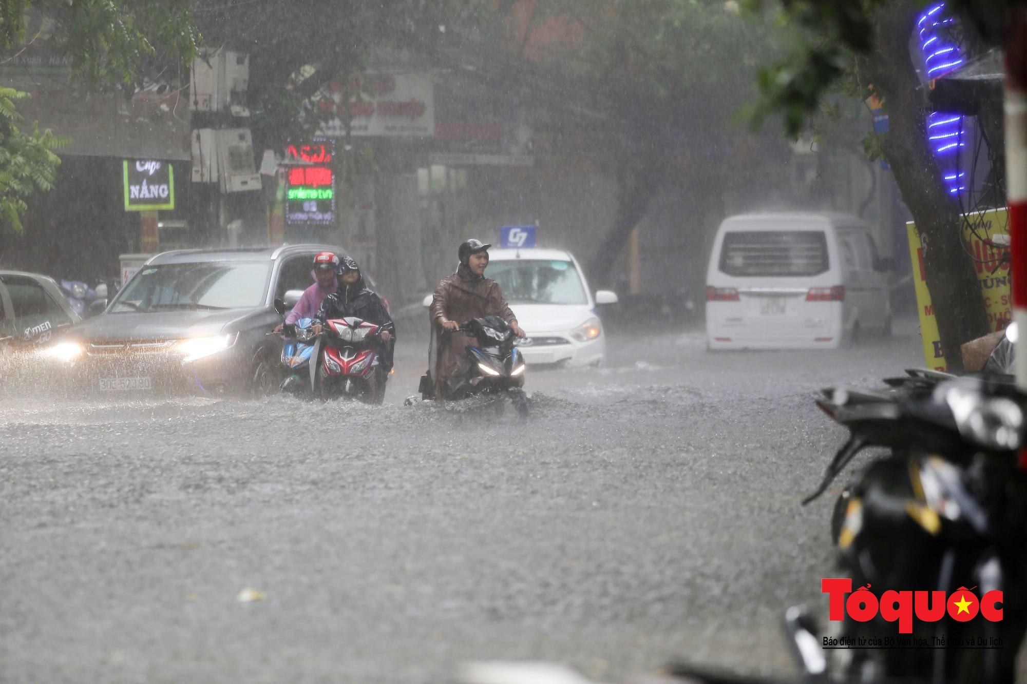 Hà Nội: mưa lớn chưa đến 30 phút, nhiều tuyến phố ngập sâu trong biển nước3