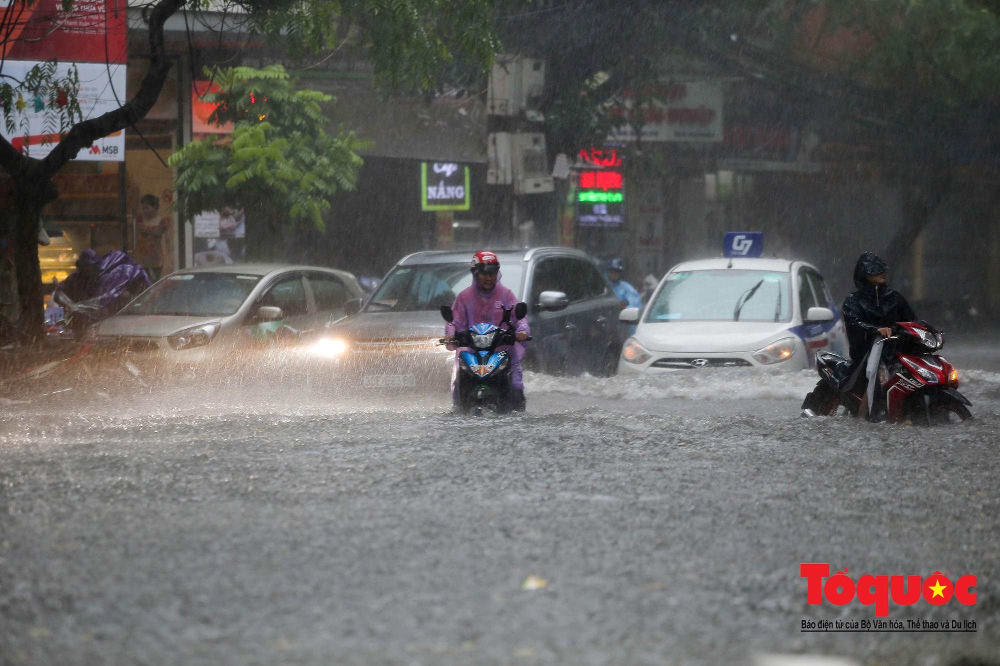 Hà Nội: mưa lớn chưa đến 30 phút, nhiều tuyến phố ngập sâu trong biển nước4