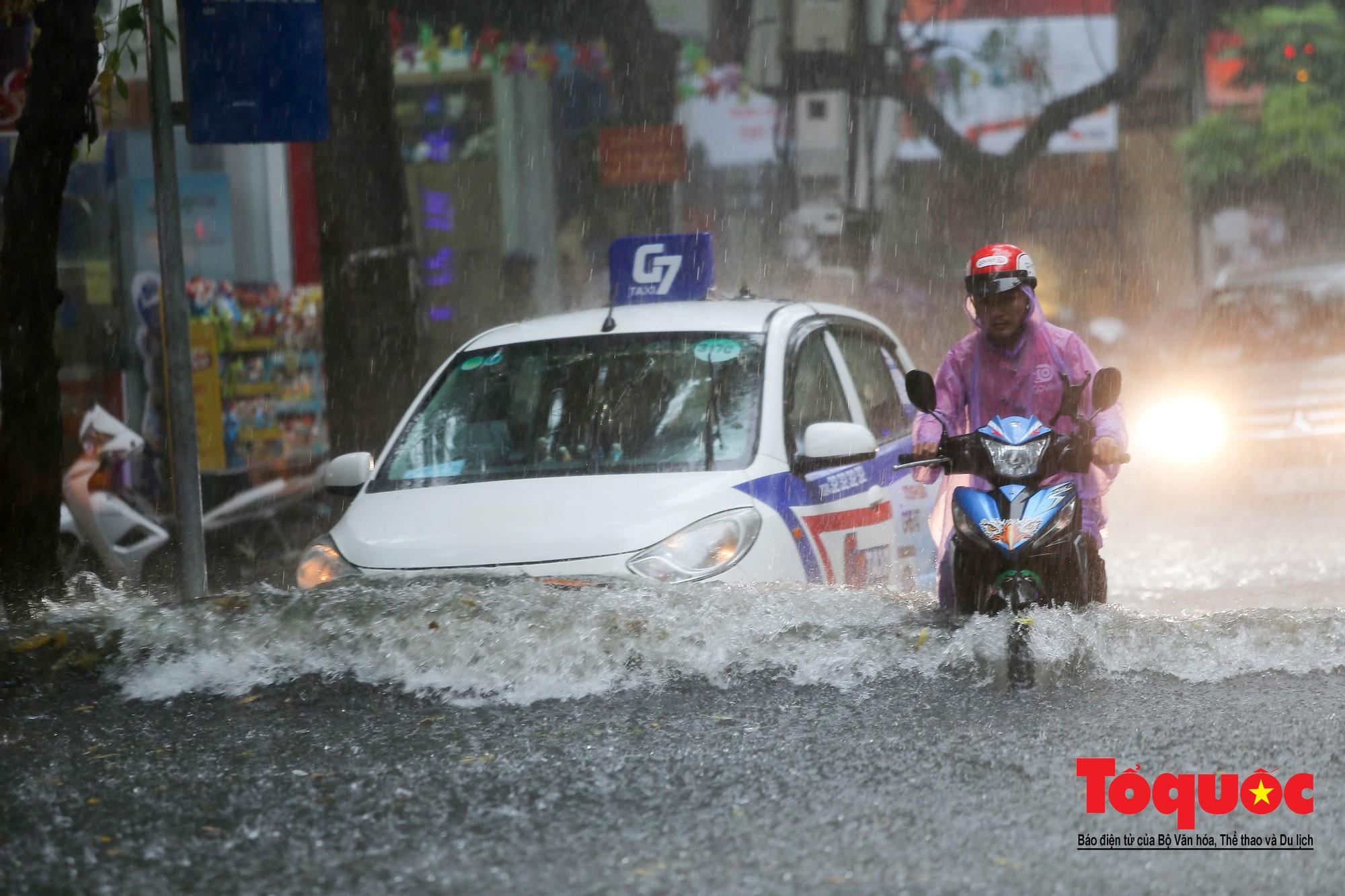 Hà Nội: mưa lớn chưa đến 30 phút, nhiều tuyến phố ngập sâu trong biển nước5