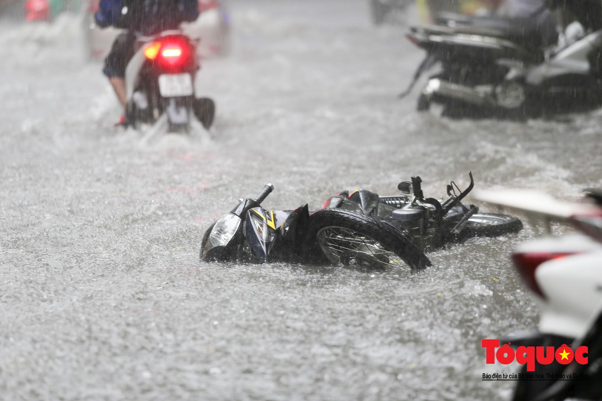 Hà Nội: mưa lớn chưa đến 30 phút, nhiều tuyến phố ngập sâu trong biển nước6