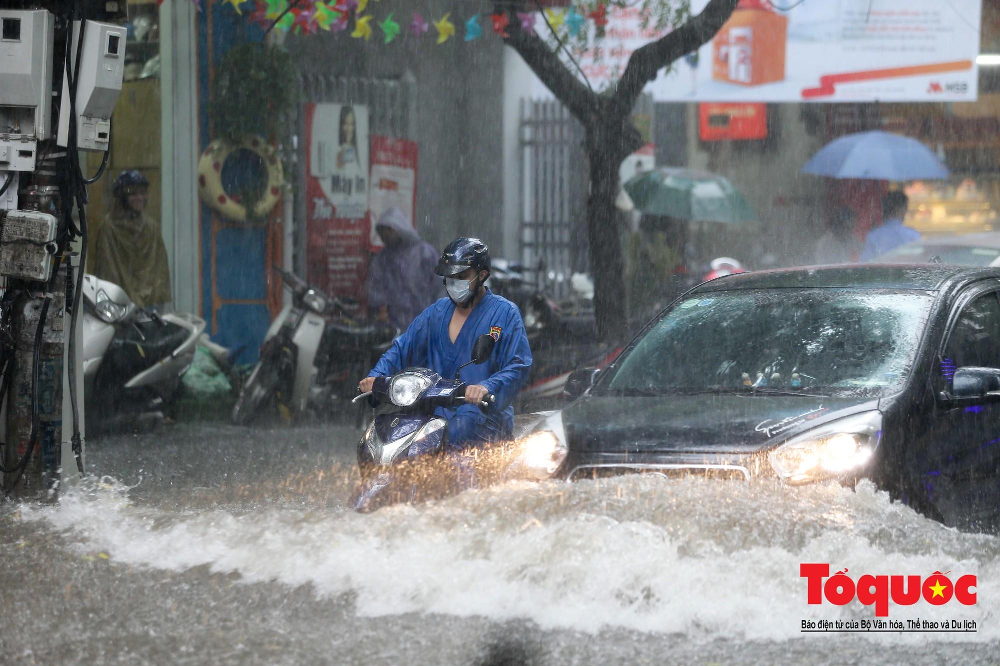 Hà Nội: mưa lớn chưa đến 30 phút, nhiều tuyến phố ngập sâu trong biển nước7