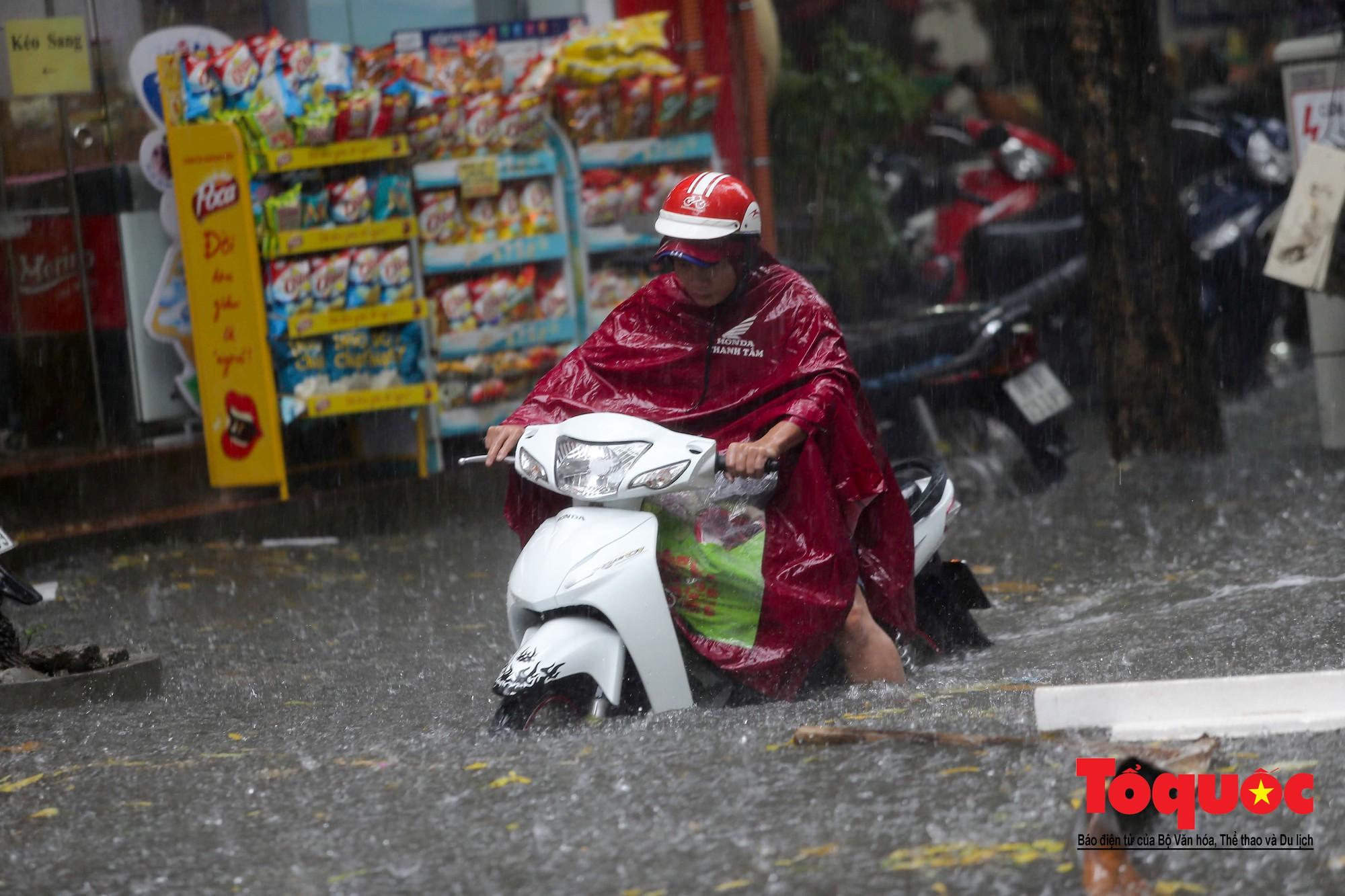 Hà Nội: mưa lớn chưa đến 30 phút, nhiều tuyến phố ngập sâu trong biển nước8