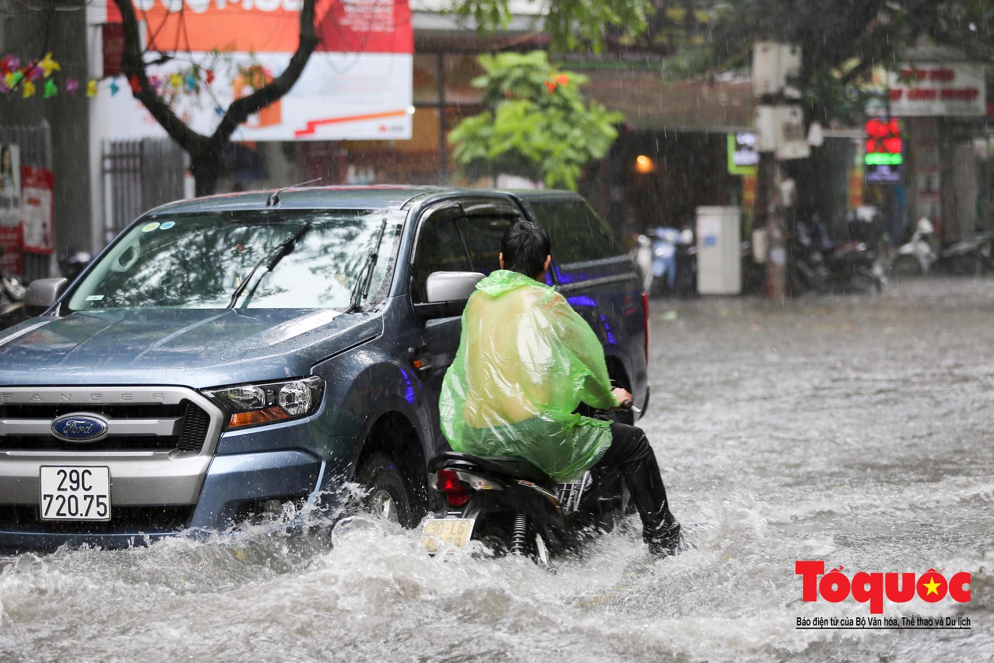 Hà Nội: mưa lớn chưa đến 30 phút, nhiều tuyến phố ngập sâu trong biển nước9
