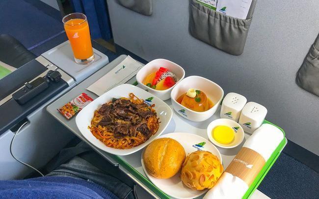 Ban suat an tren may bay: Nganh kinh doanh thu hang ty dong/ngay