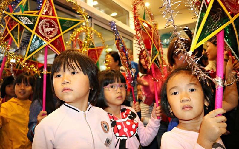 Tết Trung thu đầm ấm, đủ đầy của trẻ em Việt tại Séc - Ảnh 1.