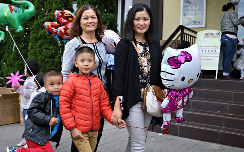 Tết Trung thu đầm ấm, đủ đầy của trẻ em Việt tại Séc - Ảnh 3.