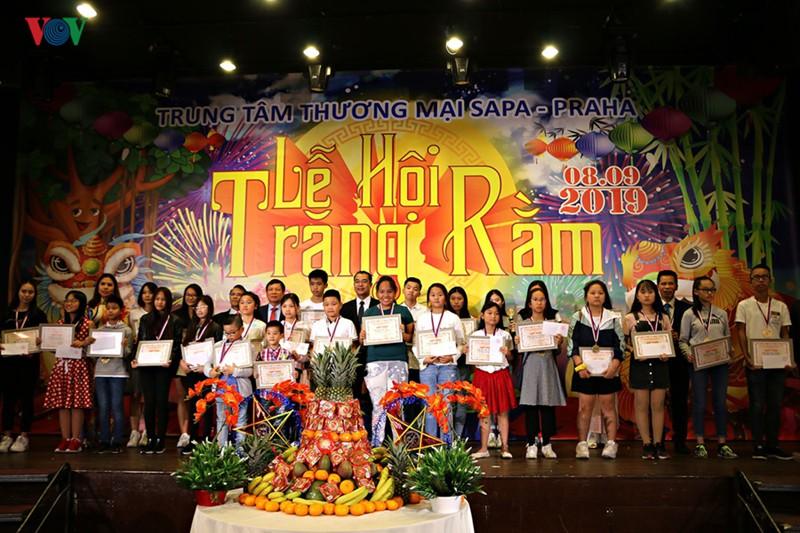 Tết Trung thu đầm ấm, đủ đầy của trẻ em Việt tại Séc - Ảnh 5.
