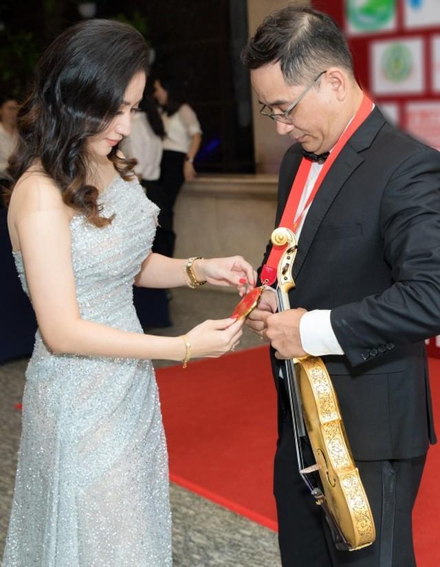 Khánh Thi tiết lộ anh trai nhận kỷ lục Việt Nam về chế tác violin bằng sứ - Ảnh 1.