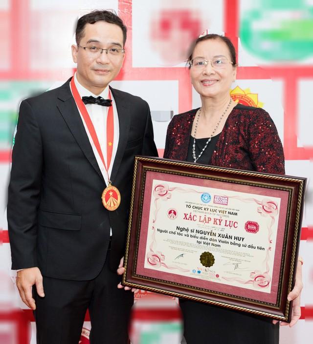 Khánh Thi tiết lộ anh trai nhận kỷ lục Việt Nam về chế tác violin bằng sứ - Ảnh 7.