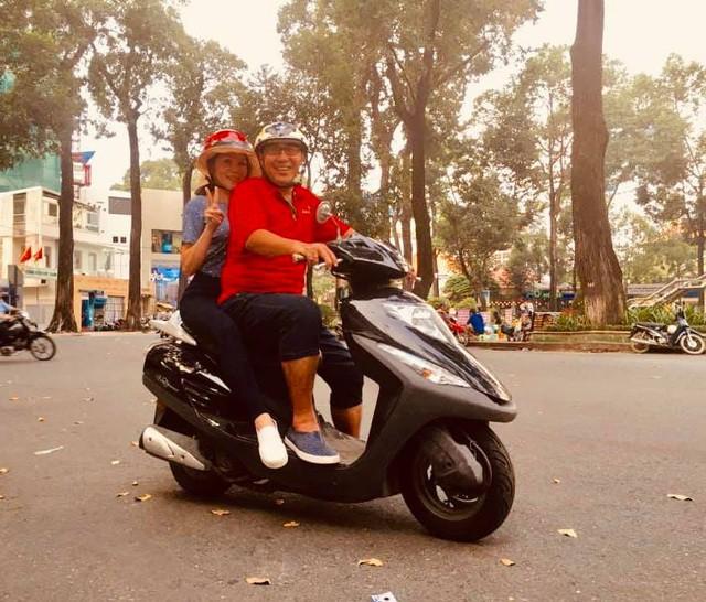 MC Quyền Linh chia sẻ hình ảnh đạp xích lô đi đón vợ khiến khán giả bất ngờ - Ảnh 2.