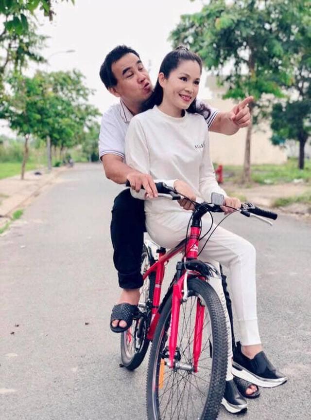 MC Quyền Linh chia sẻ hình ảnh đạp xích lô đi đón vợ khiến khán giả bất ngờ - Ảnh 3.