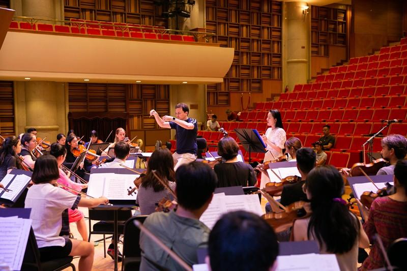 """""""Dàn soái ca"""" vây quanh Sao Mai Phạm Thùy Dung tập luyện cho live concert """"Trăng Hát"""" - Ảnh 1."""