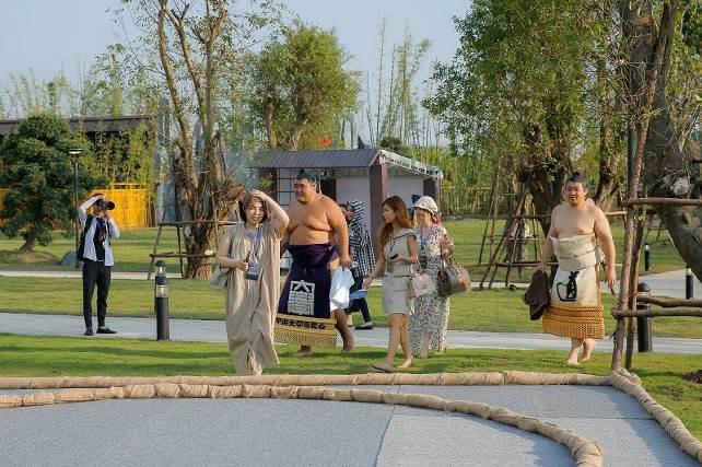 Hai đại võ sĩ sumo nổi tiếng Nhật Bản bất ngờ xuất hiện tại Việt Nam - Ảnh 1.