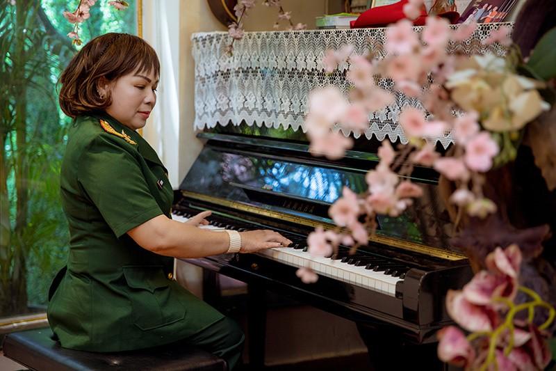 NSND Quang Thọ, Anh Thơ chúc mừng Rơ Chăm Phiang lên NSND - Ảnh 1.
