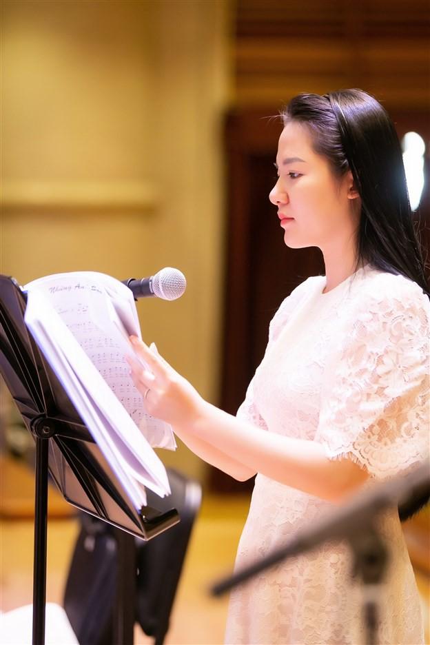 """""""Dàn soái ca"""" vây quanh Sao Mai Phạm Thùy Dung tập luyện cho live concert """"Trăng Hát"""" - Ảnh 2."""