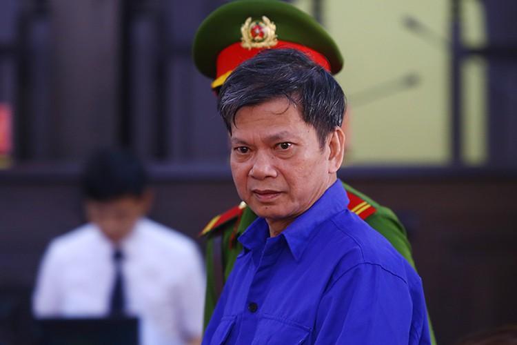 Bị cáo Lò Văn Huynh được dẫn giải đến toà. Ảnh: Phạm Dự.