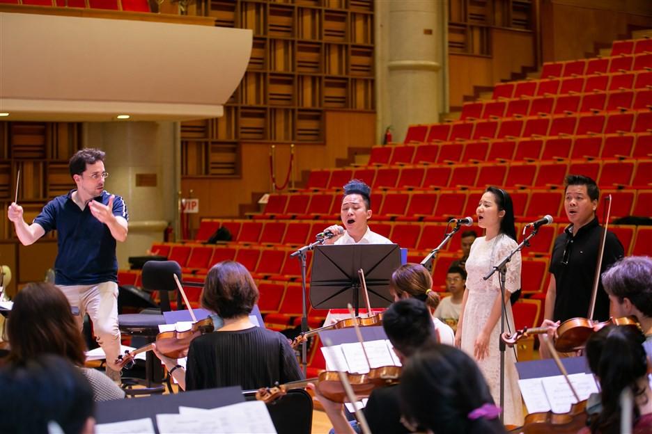 """""""Dàn soái ca"""" vây quanh Sao Mai Phạm Thùy Dung tập luyện cho live concert """"Trăng Hát"""" - Ảnh 3."""