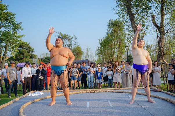 Hai đại võ sĩ sumo nổi tiếng Nhật Bản bất ngờ xuất hiện tại Việt Nam - Ảnh 3.