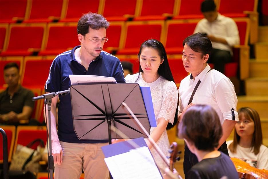 """""""Dàn soái ca"""" vây quanh Sao Mai Phạm Thùy Dung tập luyện cho live concert """"Trăng Hát"""" - Ảnh 5."""