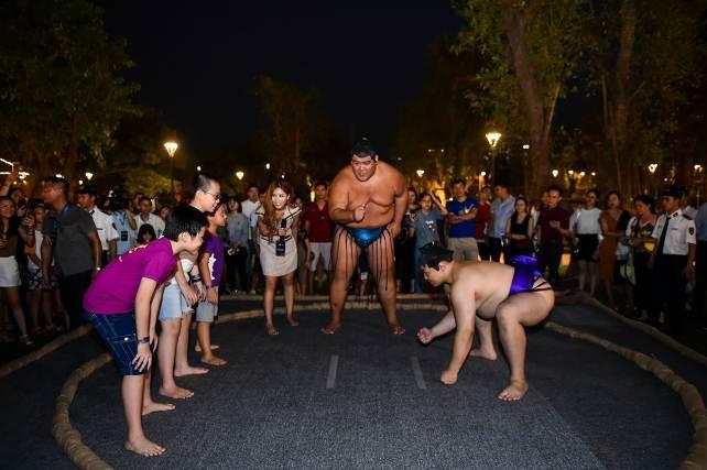 Hai đại võ sĩ sumo nổi tiếng Nhật Bản bất ngờ xuất hiện tại Việt Nam - Ảnh 5.
