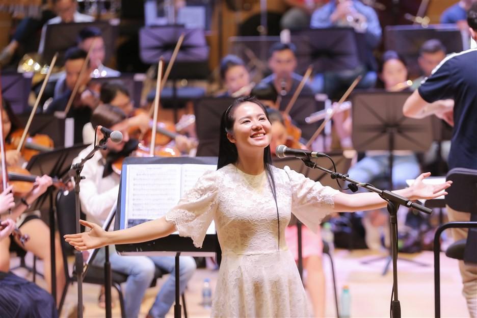 """""""Dàn soái ca"""" vây quanh Sao Mai Phạm Thùy Dung tập luyện cho live concert """"Trăng Hát"""" - Ảnh 6."""