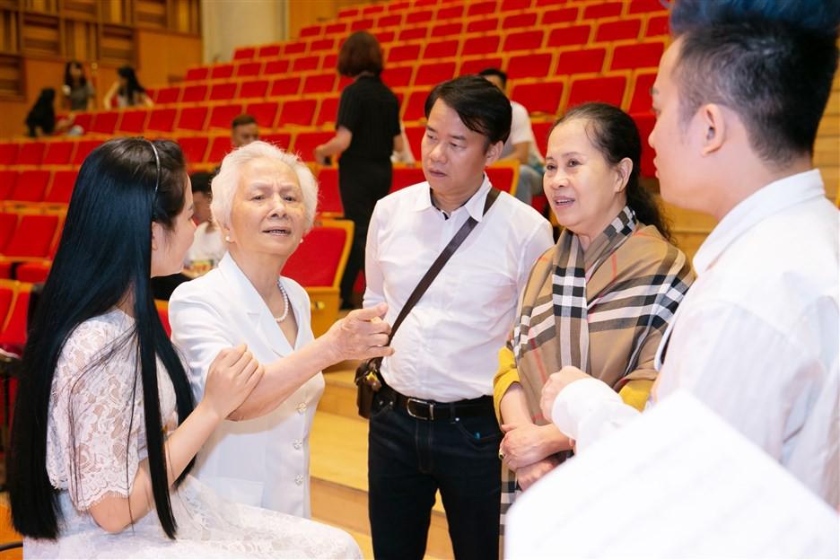 """""""Dàn soái ca"""" vây quanh Sao Mai Phạm Thùy Dung tập luyện cho live concert """"Trăng Hát"""" - Ảnh 8."""
