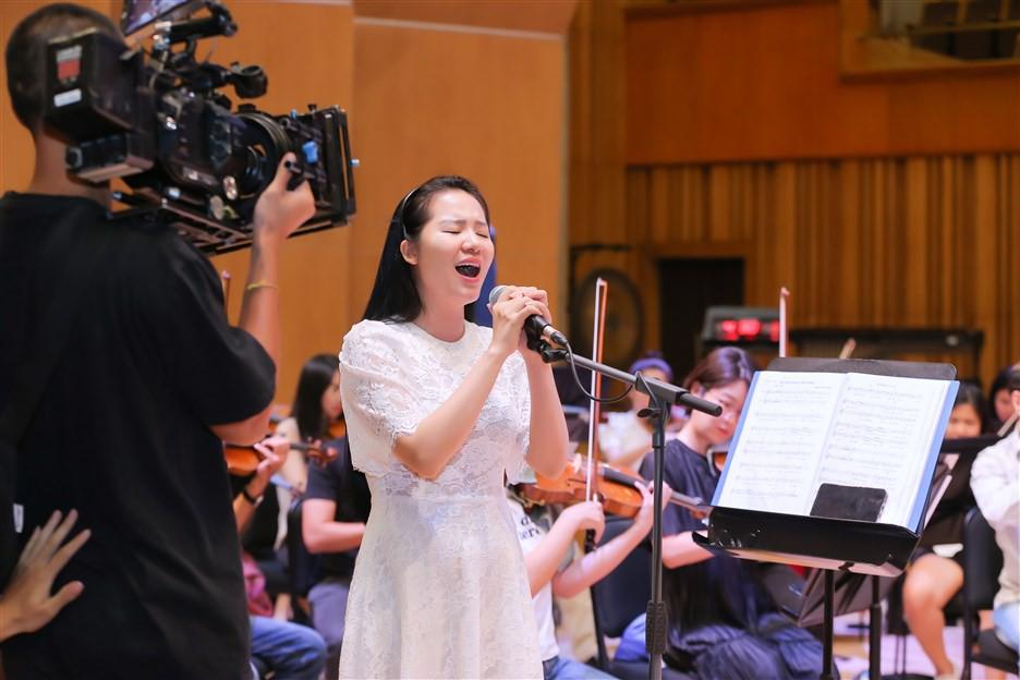 """""""Dàn soái ca"""" vây quanh Sao Mai Phạm Thùy Dung tập luyện cho live concert """"Trăng Hát"""" - Ảnh 9."""